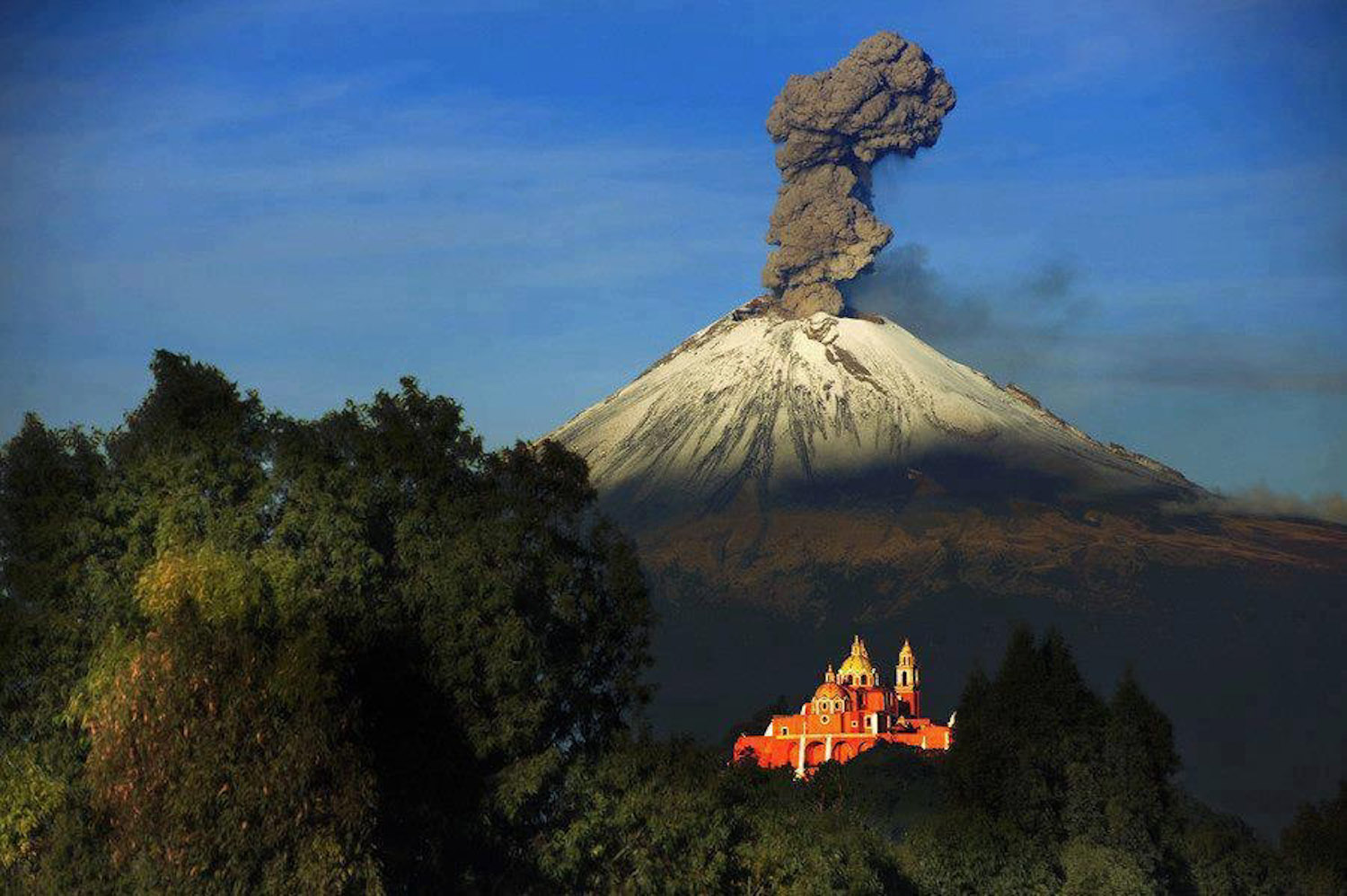 a report on popocatepetl an active volcano in mexico The 5,426-metre high popocatepetl volcano is the most active in mexico, with more than 15 major eruptions reported since 1519 but the volcano, which is also referred to by mexicans as el popo, is now causing other problems in the region as neighbours report rivers of mud flowing from the skirt.